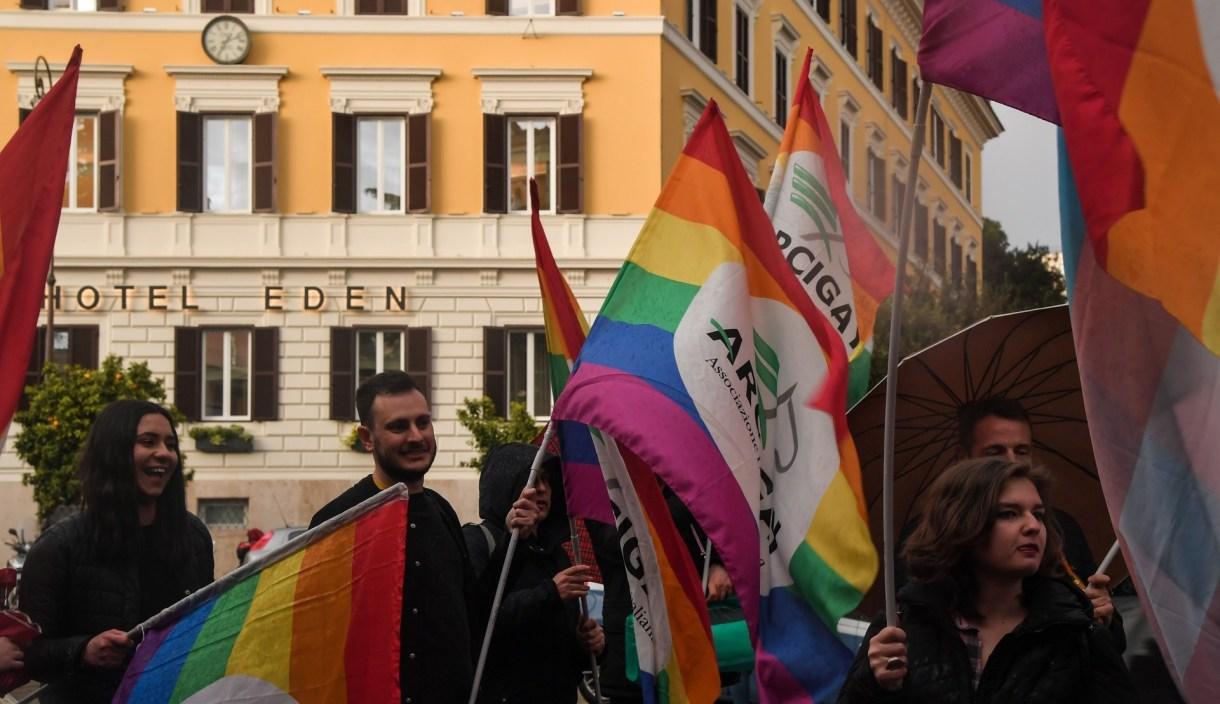 Activistas de la asociación italiana LGBTI Arcigay realizaron una protesta frente al Hotel Eden, propiedad de Brunei, el 14 de abril de 2019 en Roma (Photo by Tiziana FABI / AFP)