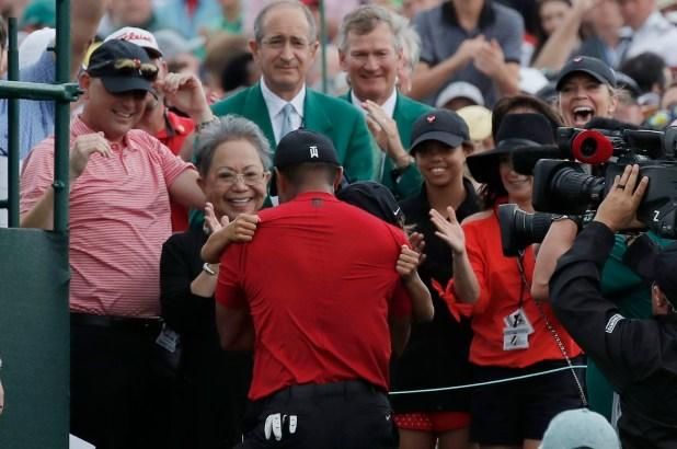 El abrazo de Woods con su madre Kultida y su hijo Charlie en Augusta (REUTERS/Mike Segar)