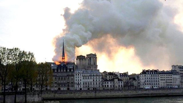 Un gran número de bomberos intenta contener las llamas