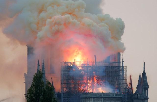 Así se veía la catedral cuando comenzó el voraz incendio (REUTERS/Charles Platiau)