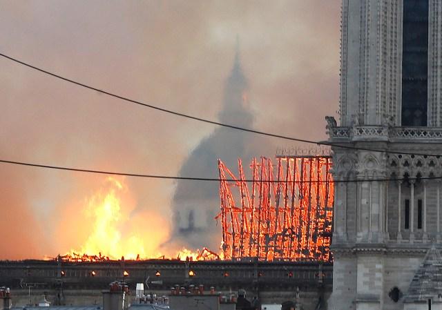 Había 2000 personas adentro cuando se desató el incendio. (Foto: AP Photo/Thibault Camus)