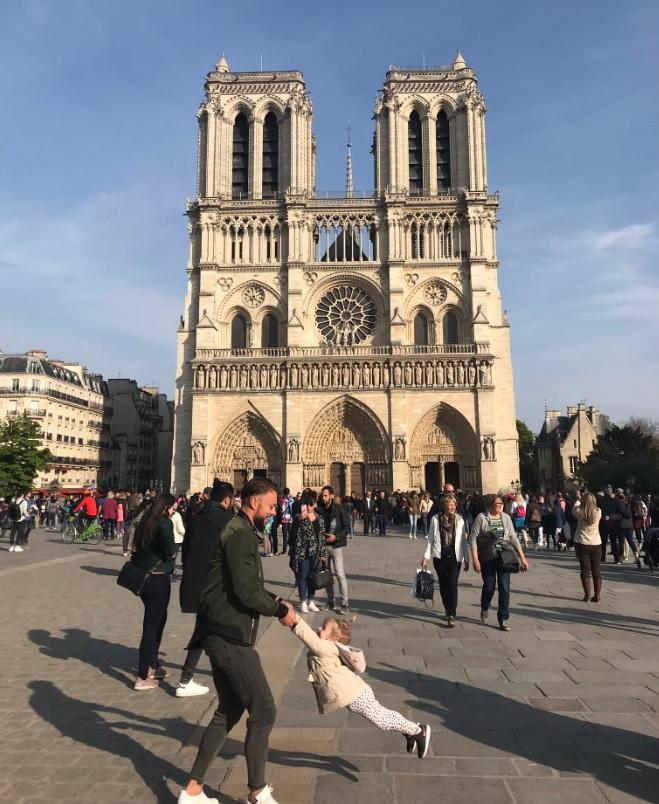 Brooke Windsor tomó esta fotografía y ahora busca a sus protagonistas, a los que inmortalizó dando vueltas antes de que el emblemático edificio parisino se quemara (Foto: Twitter Brooke Windsor)