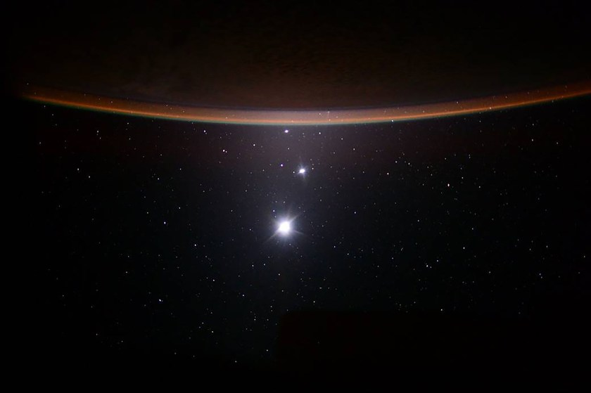 Una foto proporcionada por Scott Kelly / NASA muestra la luna, Venus y Júpiter, vistos desde la Estación Espacial Internacional, el 19 de julio de 2015. (Scott Kelly/NASA via The New York Times)