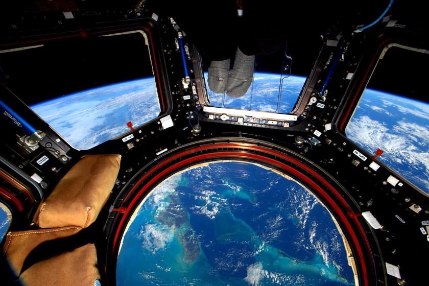 Una toma por encima de las Bahamas, en la que Kelly aparece con calcetas (Scott Kelly/NASA via The New York Times)