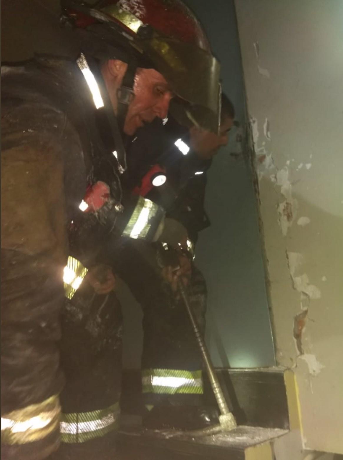 Varias dotaciones de bomberos lucharon durante más de una hora para controlar las llamas (Twitter)