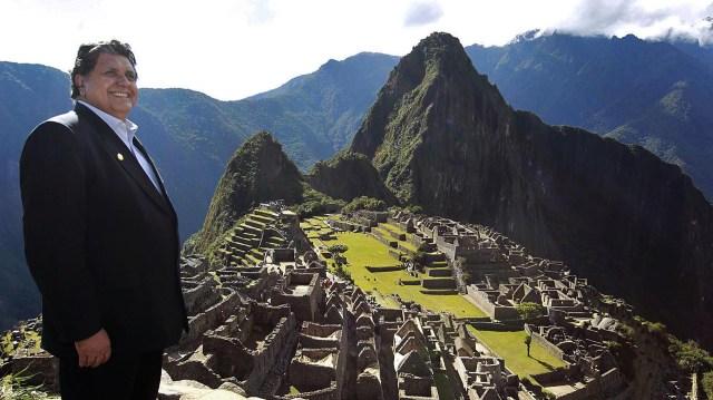 Semanas antes de terminar su segundo gobierno, García posó en Machu Picchu con el símbolo turístico y cultural del Perú
