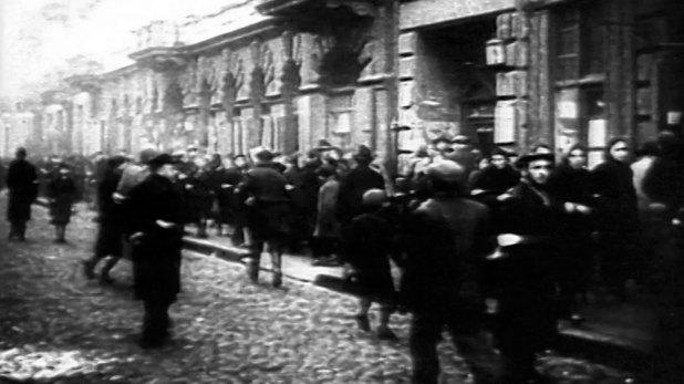 Los judíos apenas comían 920 gramos de pan, 295 de azúcar, 103 de mermelada y 60 de grasas… ¡por semana! Las enfermedades se propagaron. Una epidemia de tifus sembró el gueto de cadáveres. Registro oficial promedio: 5.500 muertos por hambre cada mes.