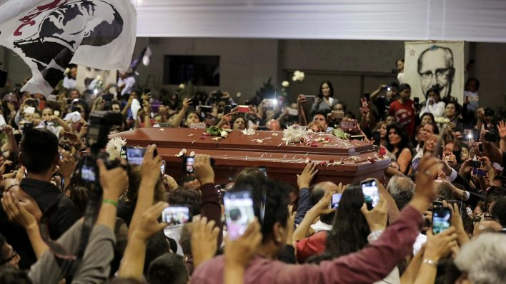 Los restos de Alan García a la llegada al velatorio (Reuters)