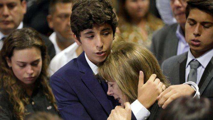 Federico Danton, hijo de Alan Garcia, junto a su madre Roxanne Cheesman (Reuters)