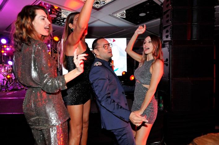 Pampita bailando con Fabián Medina Flores, Flor de la V y Sol Cubillo