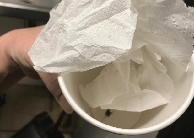 Una aguja que un trabajador de Starbucks dijo que encontró en la basura en diciembre de 2018. Foto: Business Insider