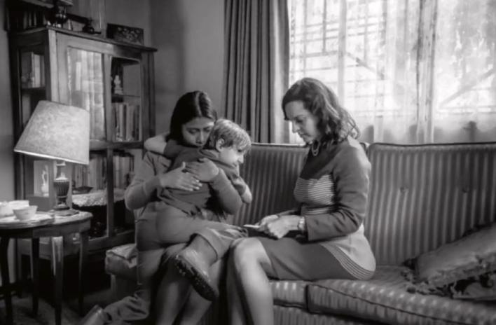 Escena de 'Roma' en la que la protagonista, Cleo, habla con Sofía, su patrona. Netflix