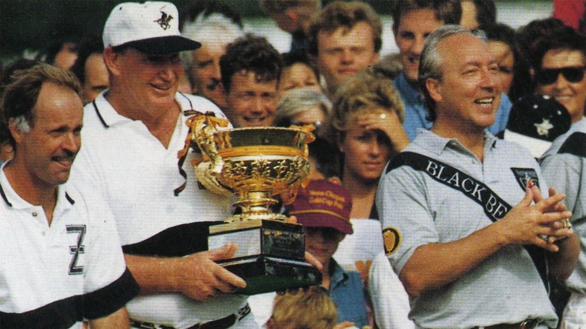 Packer levanta la Copa de Oro en Inglaterra con su equipo Black Bear. Al lado, Pieres y el suizo Urs Schwarsenbach. (AAP)