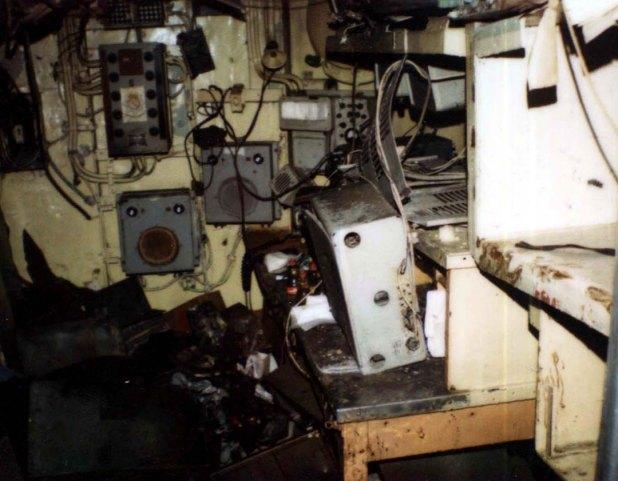 """El cuarto de la radio destrozado: """"Transmití en morse, en radiotelegrafía y en radiotelefonía. """"Mayday, Mayday"""", sin decir quiénes éramos, y S.O.S. en morse. Estuve 15 minutos transmitiendo"""", recuerda Fondevila"""