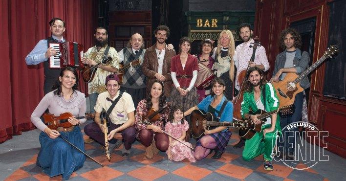 El elenco de Once, una vez en la vida, a pleno junto a Cris Morena. Foto: Fabián Uset/GENTE