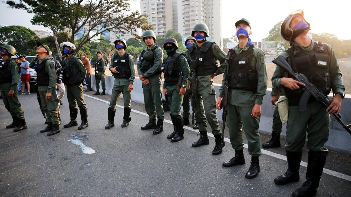 Soldados en las afueras de la base aérea de La Carlota en Caracas, Venezuela, el martes 30 de abril de 2019 (AP Photo/Ariana Cubillos)