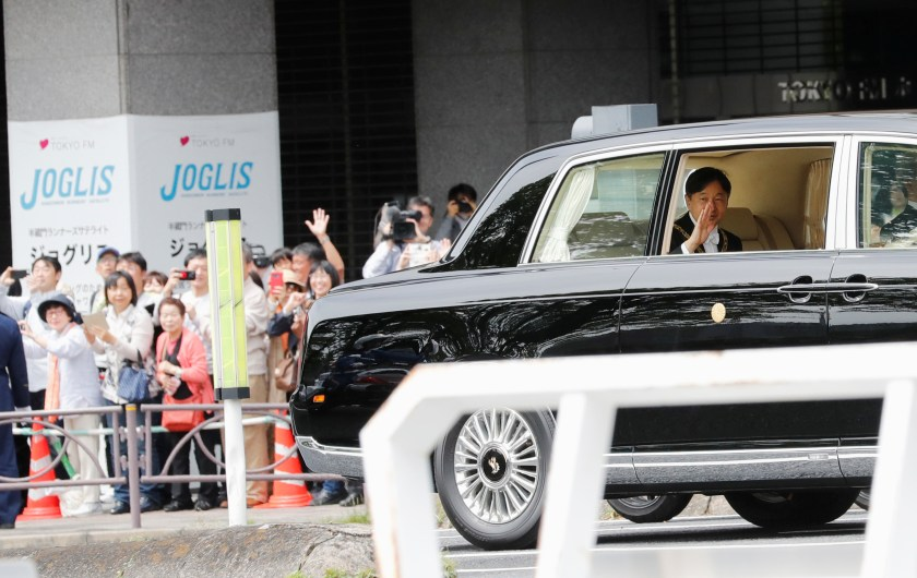 El nuevo emperadorNaruhito saluda a la gente. (REUTERS/Kim Kyung-Hoon)
