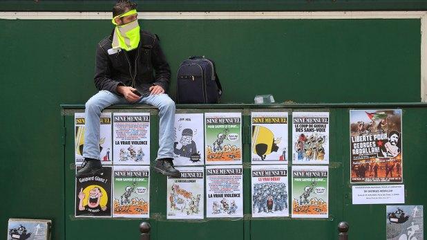 Un manifestante con un chaleco amarillo en la cara es visto antes del comienzo de la tradicional marcha sindical del Primero de Mayo (Reuters)