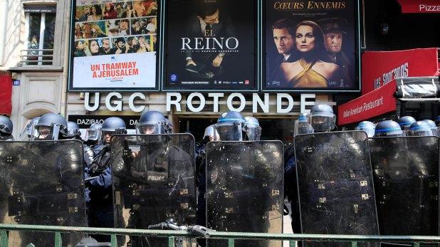 La policía antidisturbios francesa se para frente a una sala de cine en el distrito de Montparnasse (Reuters)
