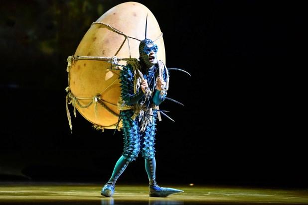 """El """"extranjero"""", una mosca con un huevo a cuestas para plantear la incógnita que le da motivo a las incontables piruetas del Cirque du Soleil"""