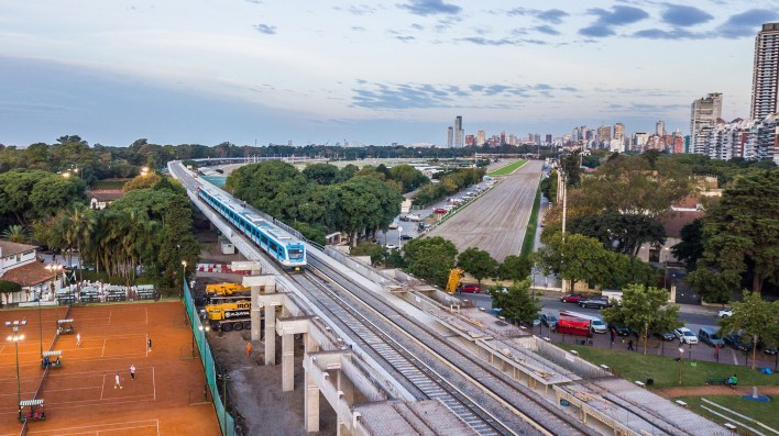 Imagen del primer viaje de un tren en el Viaducto Mitre (Prensa: GCBA)