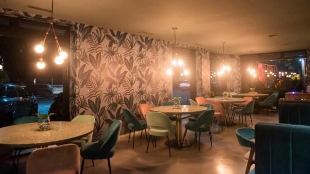 El sector de restaurante además de contar con mesas clásicas también tiene boxes íntimos y la decoración ofrece tonalidades verdes y aguamarinas