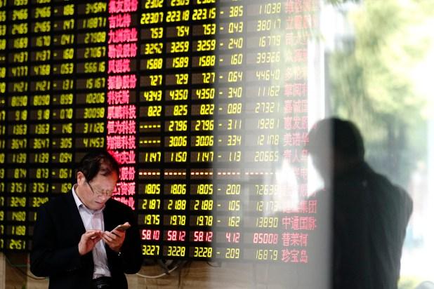 Un inversor revisa las cotizaciones en la bolsa de Shanghai (AP)