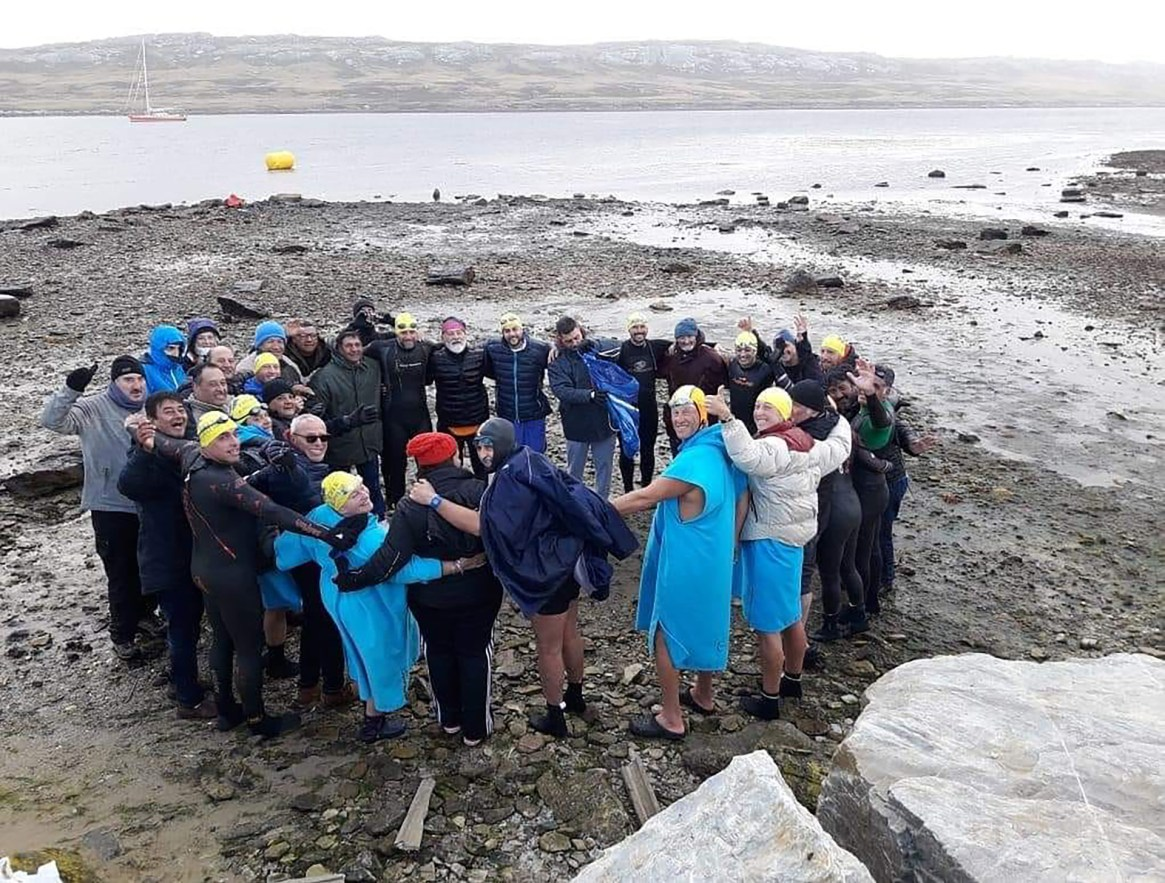 """""""ABRACUA en este caso no es abrazo acuático sino terrestre, antes del encuentro en homenaje a los héroes de Malvinas en Moody Brook"""", contó Celia a Infobae. (Gentileza NAF Argentina)"""