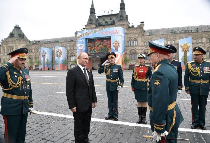 Vladimir Putin arribando a la Plaza Roja de Moscú para el desfile (Reuters)