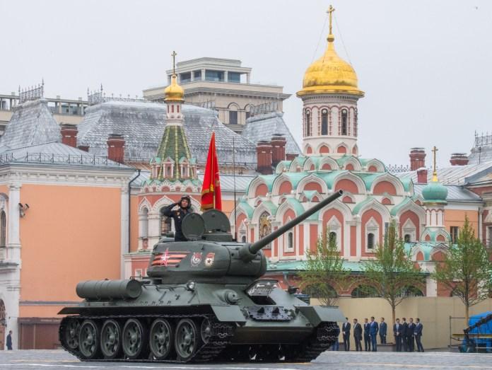 El icónico tanque T-34, espina dorsal del Ejército Soviético que derrotó a la Alemania nazi en 1945 (Mladen ANTONOV / AFP)