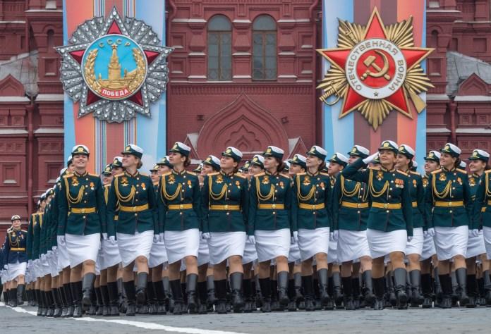 Soldados marchando frente al Museo Histórico Nacional (Mladen ANTONOV / AFP)