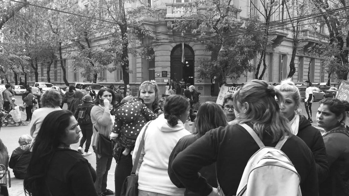 Movimiento sociales se expresaron a favor de Farías en la puerta de los tribunales de Mercedes (@EvitaCTEPMerce)