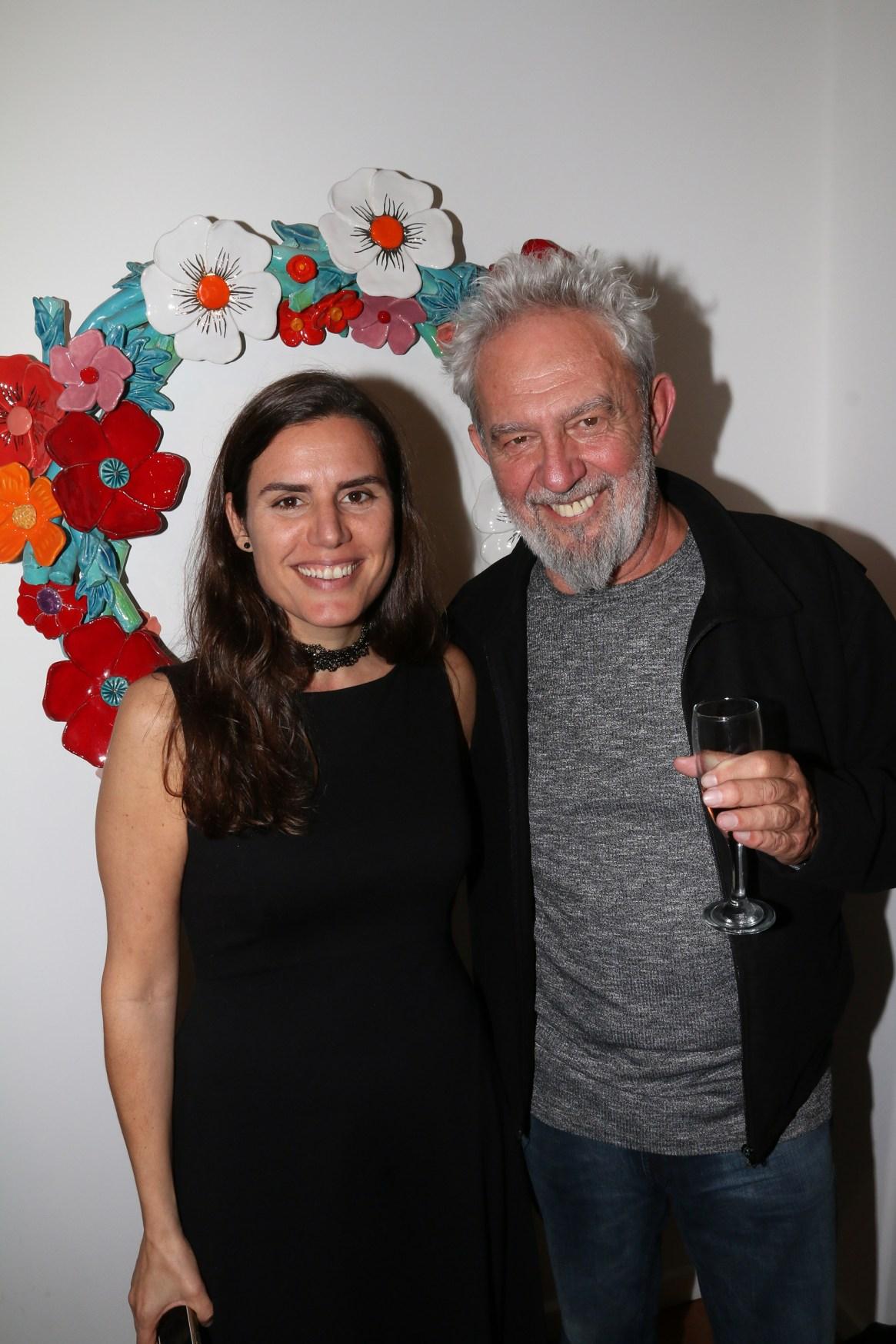 Lalo Mir junto a la directora de la galería