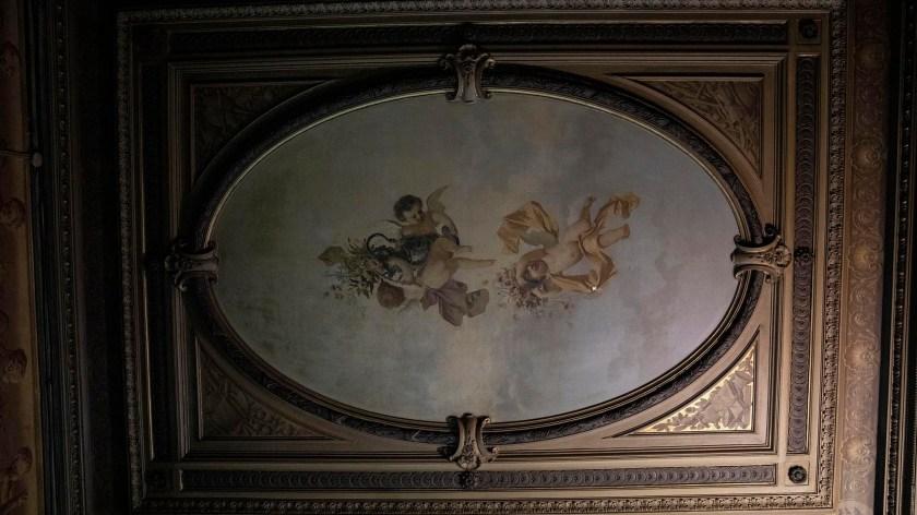 La Farmacia de la Estrella también conserva algunas obras de arte entre sus paredes