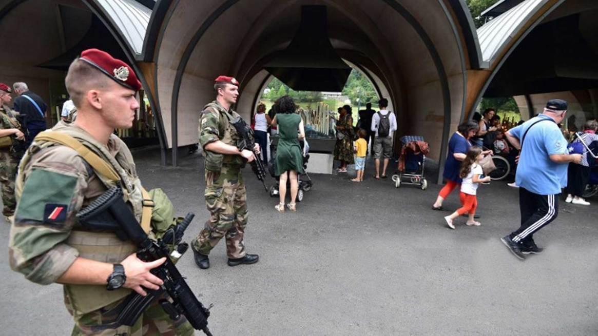 """En Francia, en el marco de la operación """"Sentinelle"""", soldados paracaidistas armados con fusiles patrullan las principales estaciones de trenes de París . hacer."""