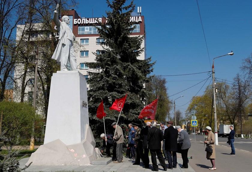 Miembros del Partido Comunista Ruso llevan flores a una estatua de Vladimir Lenin en Korolyov (REUTERS/Maxim Shemetov)