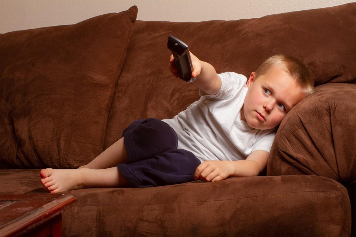 El sedentarismo y los malos hábitos alimenticios pueden contribuir a la aparición de hipertensión en la infancia (Shutterstock)