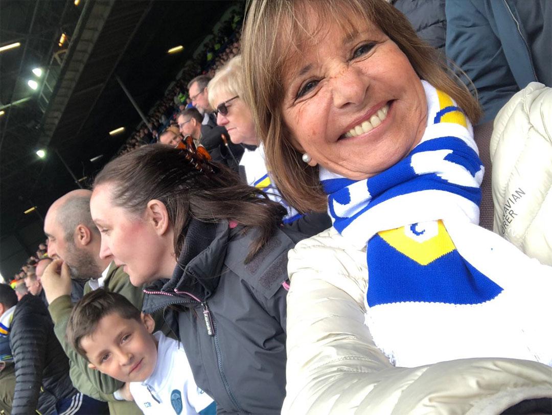 Marta disfrutando de un partido en cancha del Leeds United