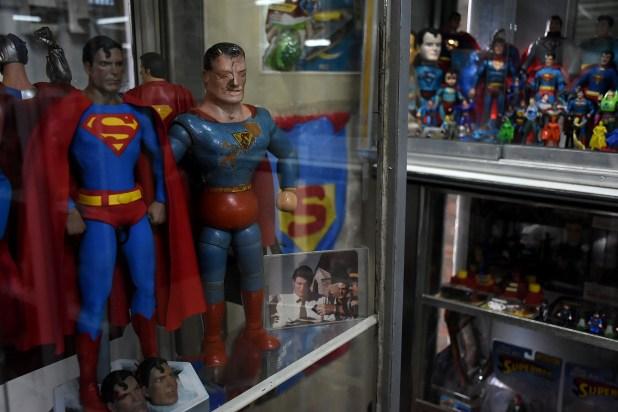 El Superman de 1939 lo conserva junto a una foto firmada de Christopher Reeve, cuando el actor estuvo de paso por San Carlos de Bariloche (Nicolás Stulberg)