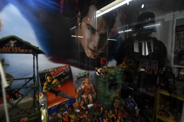 """En el local hay cinco figuras de tamaño real, o también llamadas """"uno en uno"""", de Superman, Maestro Yoda, ET, Jason Voorhees y Darth Vader (Nicolás Stulberg)"""
