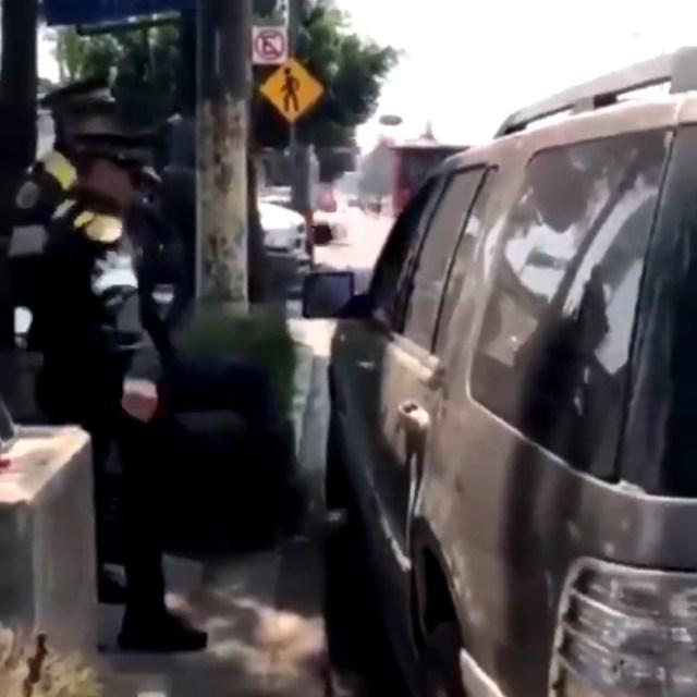 El auto se marcha no sin antes haber dejado estas imágenes que se hicieron virales