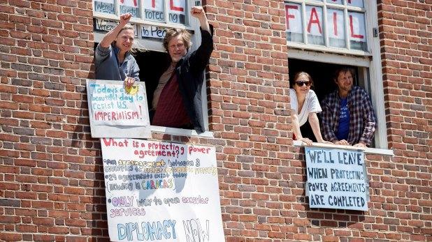 Los activistas que están dentro de la embajada (EFE)