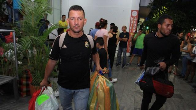 Dos de los ex militares que debieron dejar el hotel en Cúcuta (EFE)