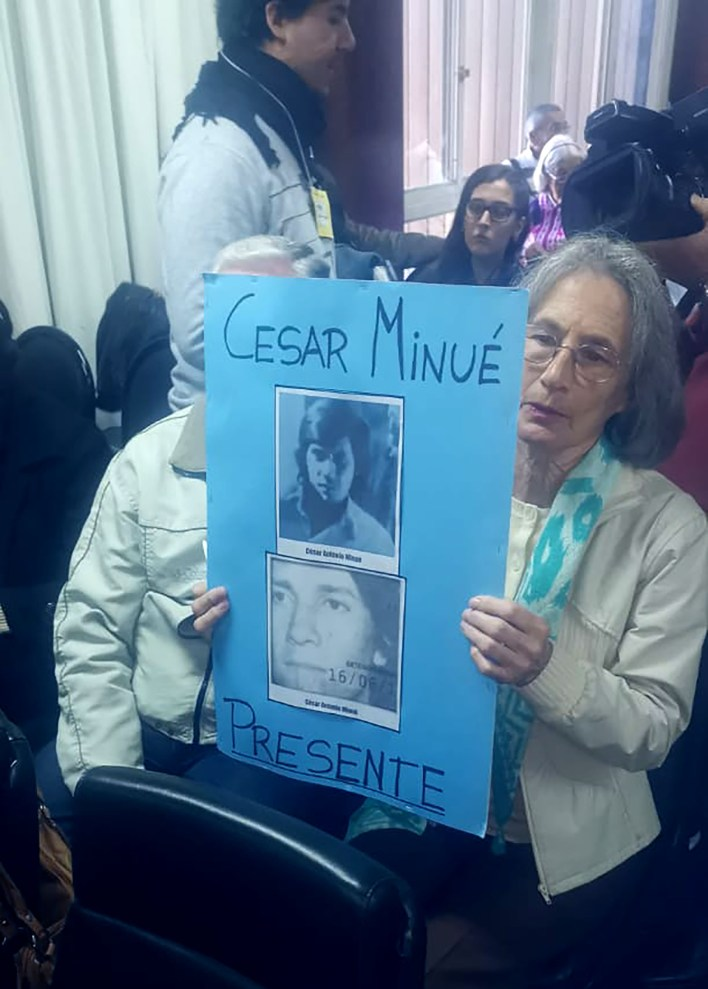 Familiares de César Minué, que continúa desaparecido