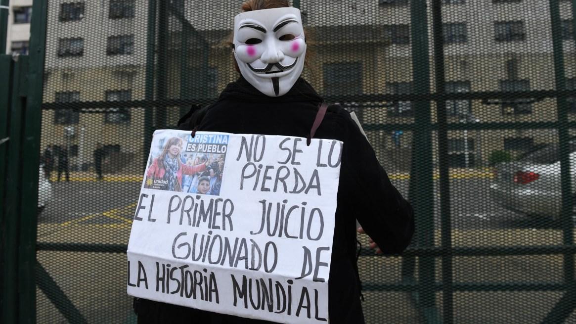 """""""No se pierda el primer juicio guionado de la historia mundial"""", asegura el cartel de un militante"""