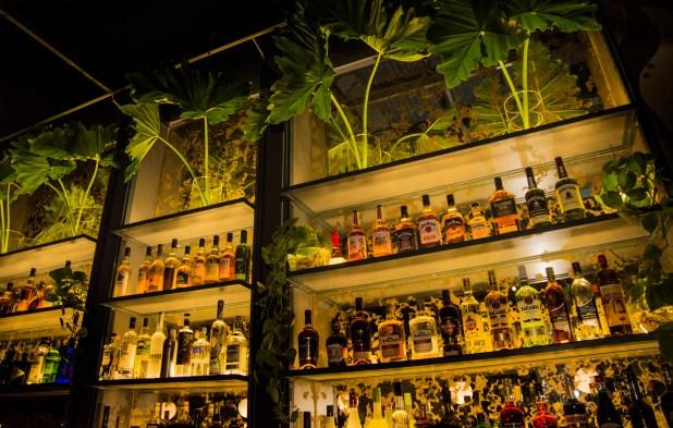 Una exclusiva barra de tragos no falta en Enero. Diseñada por Sebastián Atienza, los cocktails son de autor y se pueden pedir en ambas barras