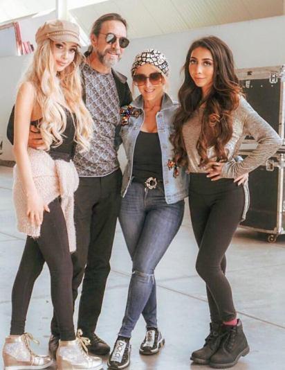 El cantante junto a sus hijas Alison (izquierda) y Marla (extrema derecha). Al centro se encuentra su esposa, Cristian Solis (Foto: Instagram @marcoantoniosolis_oficial)