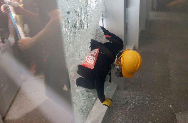 Un manifestante irrumpe en el edificio del Consejo Legislativo. (Reuters/ Thomas Peter)