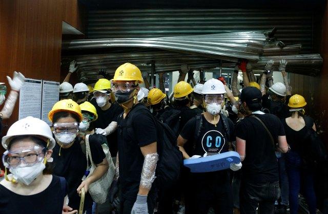 Los manifestantes vestían negro y tenía cascos amarillos o blancos. (Reuters)