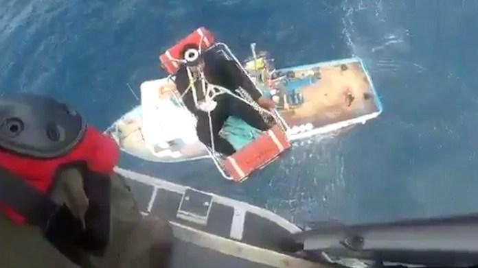 Image result for Marinos rescatan a 7 adultos y a un niño que naufragaron en aguas de Baja California
